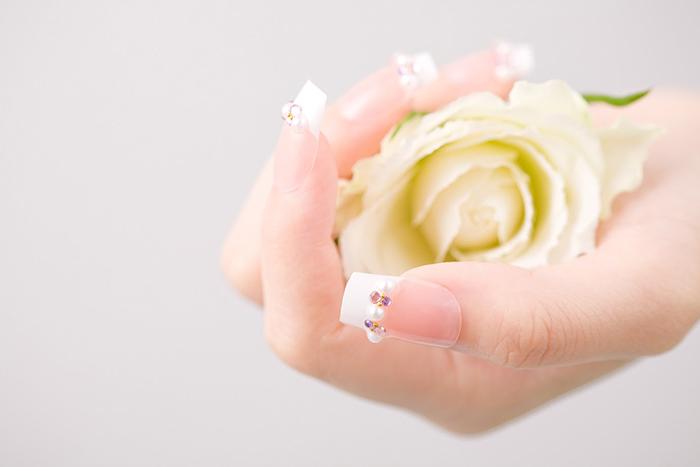 薔薇をもった手